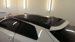 оклейка крыши автомобиля пленкой карбон kia
